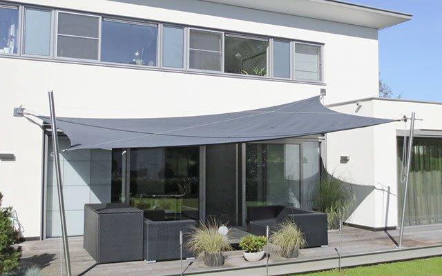 Soliday M Sonnensegel im Einsatz auf einer Terrasse